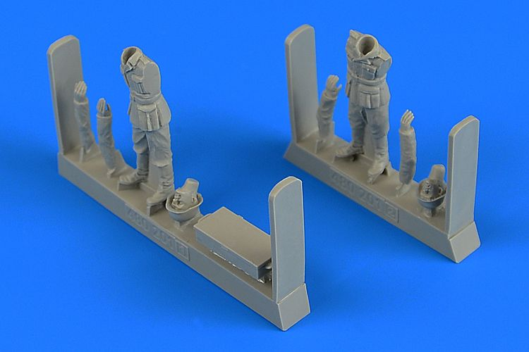 1/48 WWII German Soldiers with ammunition box